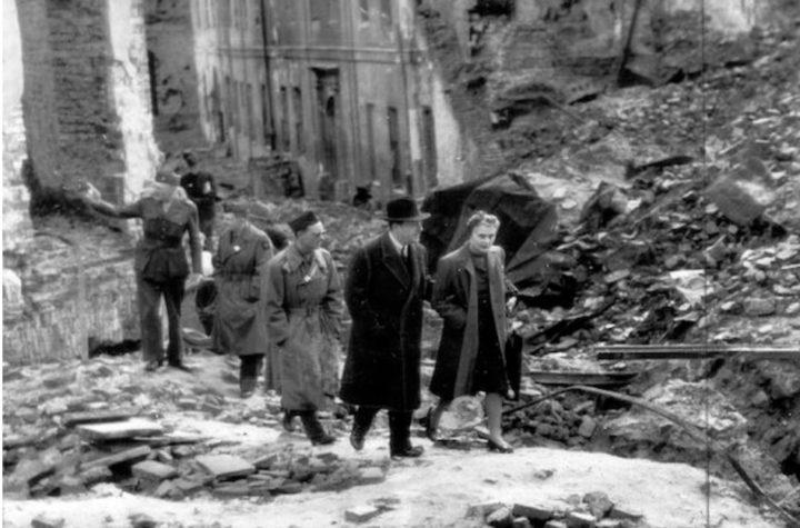Ambasador USA w Polsce Arthur Bliss Lane wśród ruin Warszawy zbombardowanej przez Niemców w czasie II wojny światowej. 31 grudnia 1944 roku.