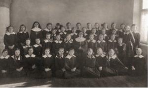 """Matka Matylda Getter w otoczeniu dzieci, """"Ognisko"""", Warszawa, ul. Zamoyskiego35, ok. 1930 r."""