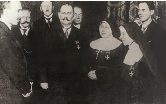 Podczas uroczystości wręczenia orderu Odrodzenia Polski, 30 kwietnia 1925 r. Matka Matylda Getter druga od prawej.