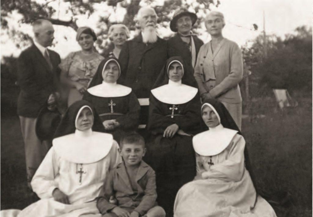 Matka Getter z siostrami i współpracownikami, Międzylesie, Ulanówek, 1939 r./foto. s. T.A.Frącek