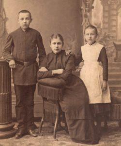 Matylda z bratem Antonim lub Henrykiem i siostrą Izabelą w Odessie.