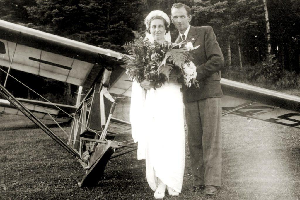 Janina i Mieczysław Lewandowscy po ślubie kościelnym, lotnisko w Tęgoborzu, czerwiec 1939 r.