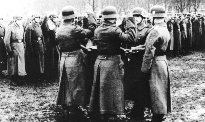 Żołnierze 14. Dywizji Grenadierów SS, nazywanej także SS-Galizien, składają przysięgę na wierność Adolfowi Hitlerowi. PAP/EPA, Michael Melnyk