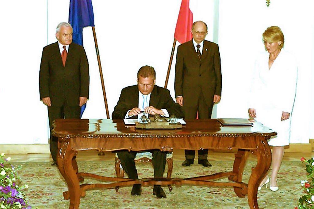 Podpisanie przez prezydenta Kwaśniewskiego traktatu o przystąpieniu Polski do Unii Europejskiej