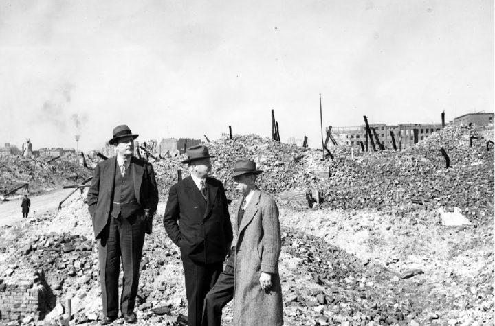 Hoover, Gibson i Lane wśród ruin Getta/foto Biblioteka Hoovera