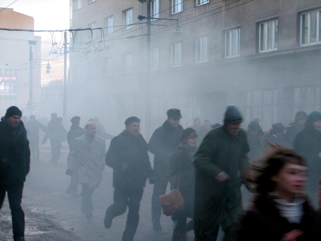 """Gaz łzawiący w grudniu 1970- kadr z filmu """"Czarny Czwartek/foto Wikipedia"""