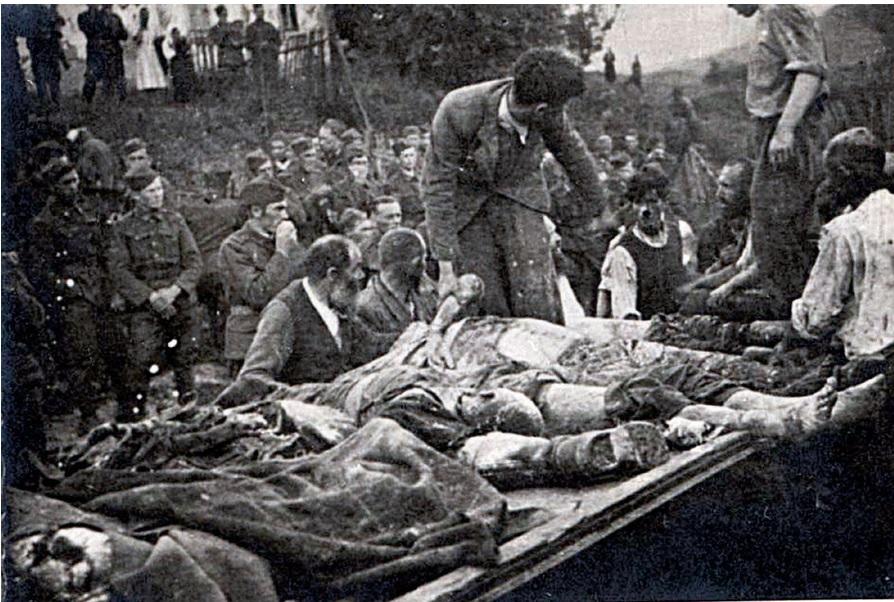 Żydzi pod nadzorem Niemców wyciągają ciała zamordowanych przez NKWD w kopalni soli w Dobromilu